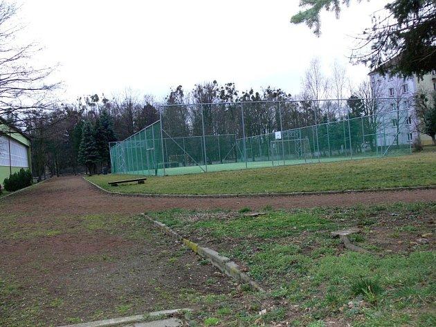 Venkovní hřiště Základní školy Struhlovsko na své dokončení stále čeká.