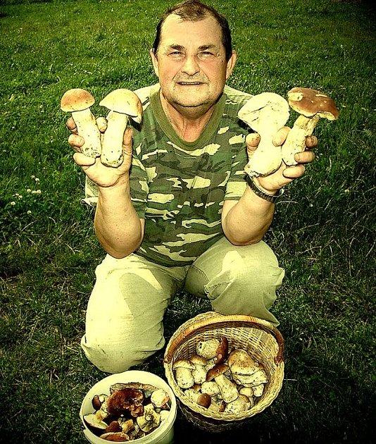 Václav Nerád si z lesa odnesl dva plné košíky hub.