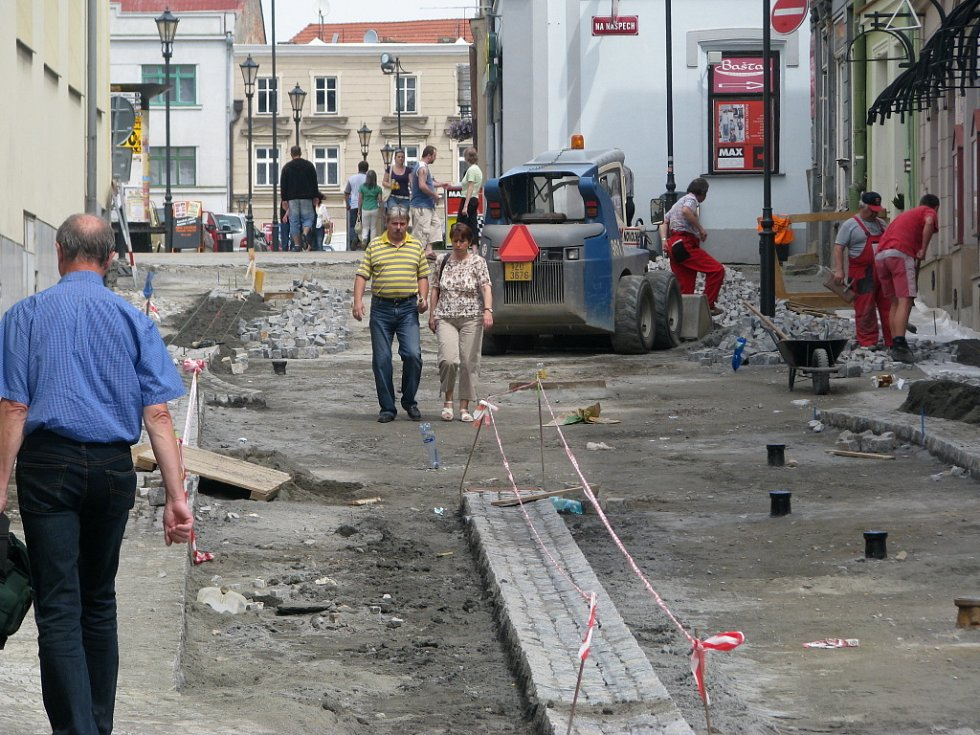 Jamky pro okrasné kovové sloupky jsou ve Svatoplukově ulici v Hranicích vykopány tak, že zužují vozovku na šířku jediného vozidla.