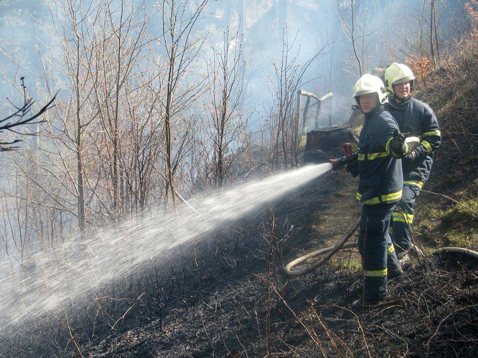 V rekreační oblasti u Radíkova na Hranicku založili manželé z Olomouce požár lesa. Chtěli si rozdělat oheň na gril, ale jiskra přeskočila do trávy.