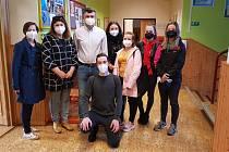 Studenti Střední zdravotnické školy Hranice pomáhají s testováním žáků na Základní škole 1. máje.