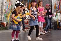 Na přerovském náměstí vystoupily mažoretky, dechový orchestr a děti ze základní školy Mateřídouška.