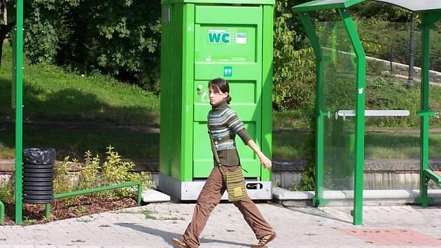 Mobilní toalety lidi spíše odpuzují.