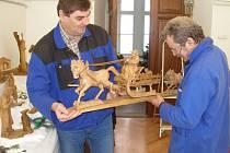 Pracovník přerovského muzea Milan Chumchal (na snímku vpravo) dokončil ve čtvrtek instalaci figurek. Výstavu betlému si návštěvníci zámku mohou prohlédnout až do 19. ledna.