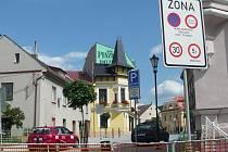 Řada řidičů nezaregistrovala, že přes centrum města je průjezd zakázán.