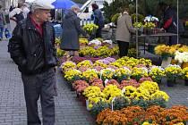 Letos jsou podle prodejců nejvíce na odbyt květinové koše, chryzantémy a také kombinace živých a umělých květů.