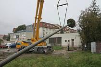 Novou konstrukci s hnízdem pro čápy v Hranicích vztyčili v pátek 16. října 2020