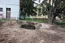 S rozebírání čapího komínu na třídě Československé armády v Hranicích začali stavebníci 15. září.  Foto z 30. září 2020.