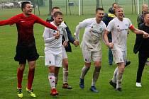 Fotbalisté Všechovic (v bílém) porazili Dolany a vedou krajský přebor