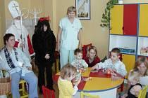 Nadílku rozdávali Mikuláš, čert a anděl také na dětském oddělení nemocnice v Přerově.