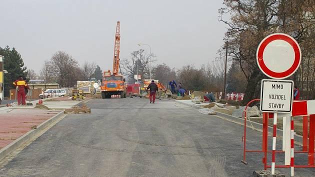 Na most už byl položen asfaltový koberec.