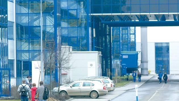 Hranická továrna se snaží zaměstnancům zprostředkovat novou práci například burzami práce. Lidem ale vadí, že nové příležitosti dostávají spíše mimo region.