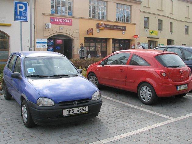 Také na tomto vyhrazeném místě ve Školní ulici musí vozíčkář zaplatit parkovací lístek.