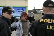 Při srážkách mezi anarchisty a neonacisty, ke kterým došlo v březnu v Přerově, tekla i krev. Napadeni byli také zasahující policisté.