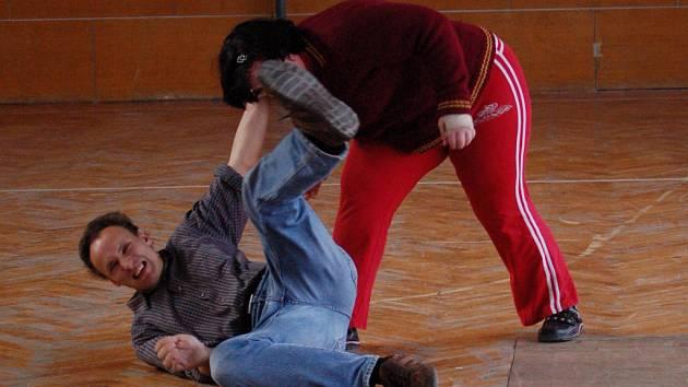 Instruktoři učí přerovské ženy a děti základním technikám sebeobrany.