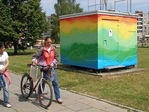 Abstraktní malba nyní zdobí stěny stanice pro monitorování kvality ovzduší v Přerově. Foto: Vojtěch Podušel