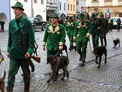 Svatý Hubert se svou počtnou družinou za zvuku výstřelů zval hranické obyvatele v pátek 20. listopadu na tradiční Hubertskou zábavu, která na Hranicku každým rokem zahajuje plesovou sezonu.