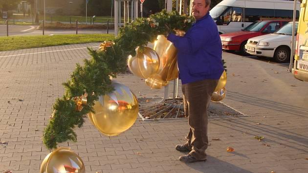 V některých supermarketech už v těchto dnech začíná objevovat vánoční výzdoba i zboží.