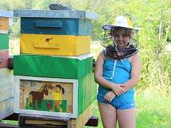Desetiletá včelařka Libuše Malovcová