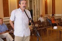 Ředitel školy Jiří Vávra vysvětloval zastupitelům s jakými problémy se škola potýká.
