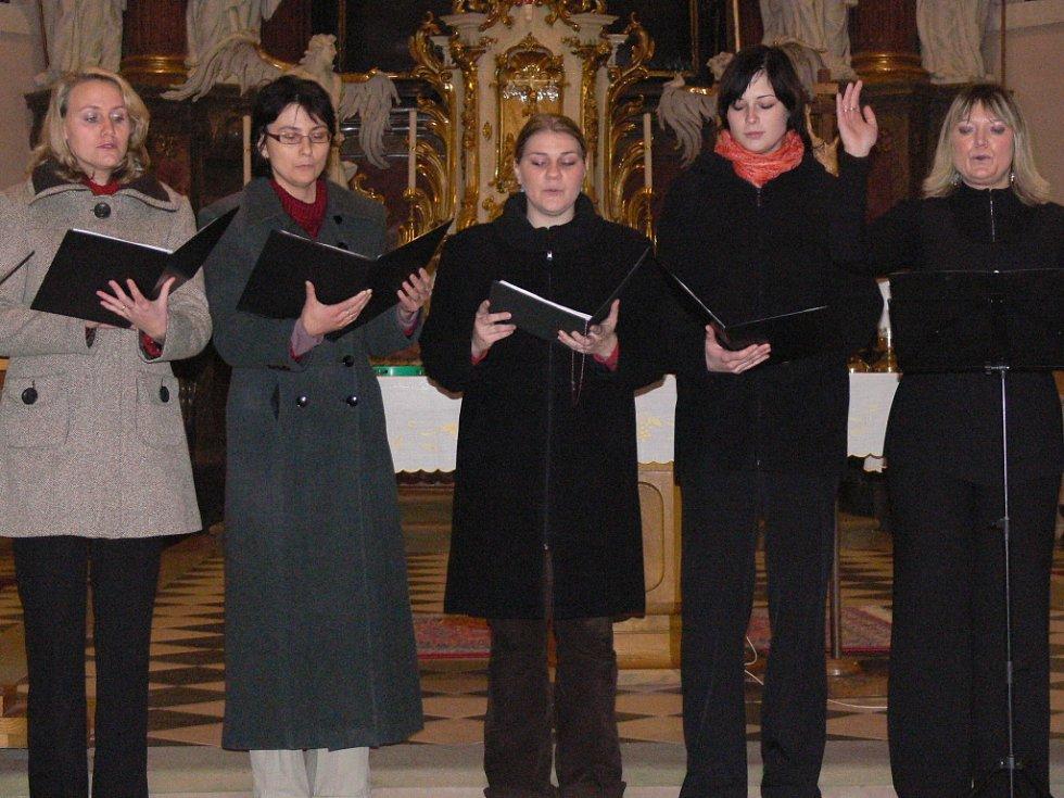 Kostelem Stětí sv. Jana Křtitele v Hranicích zněl sborový zpěv.