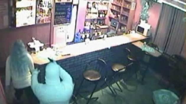 Přestože na záznamu to vypadá, že pachatel přepadení v baru Meloun měl na sobě světlou bundu a kuklu, opak je pravdou. Kamera zaměnila černou za bílou.