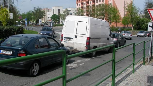 Na alarmujícím stavu ovzduší v Hranicích se nemalou měrou podepisuje i stále hustší dopravní provoz. Podle odborníků jsou však za zhoršenou kvalitu životního prostředí ve městě stejně tak odpovědné průmyslové závody a domácí zdroje vytápění.