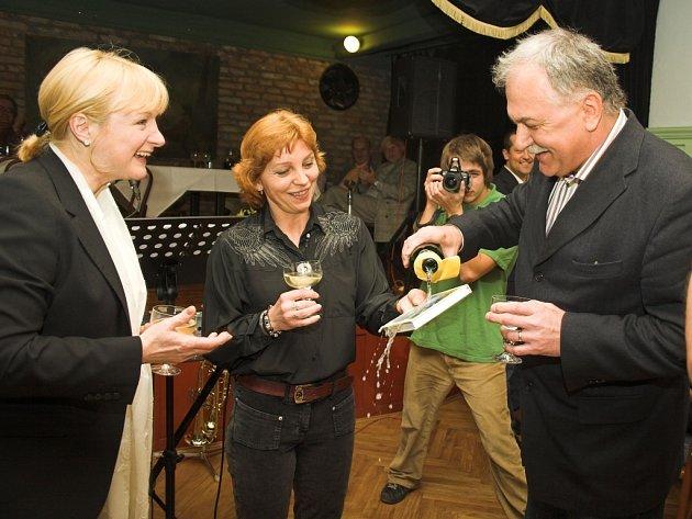Jitka Seitlová a Jiří Šatník křtí novou knihu Jaroslavy Černé s názvem týden blázna.