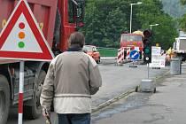 Polovina Teplického mostu už má v Hranicích svou rekonstrukci za sebou. Řidiči se tam i nadále řídí semaforem, ale při cestě na druhý břeh již používají opravenou půlku vozovky, která je blíže k Teplicím.