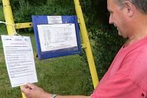Pan Bedřich z Partutovic sleduje změny v časech autobusových spojů. K těm došlo kvůli uzavírce silnice mezi Partutovicemi a Olšovcem.