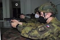 Každá výcviková zbraň je vybavena zaměřovacím laserovým modulem.