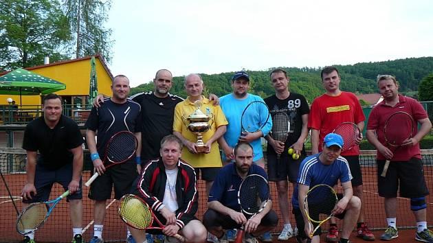 Tenisté na turnaji v parku.