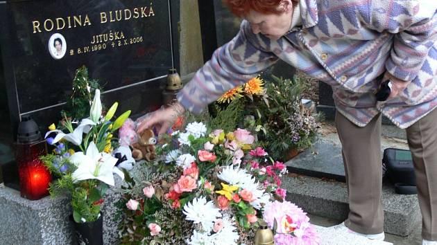 Hrob Jitky Bludské na městském hřbitově v Přerově je stále zaplaven květinami a plyšovými zvířátky, které jí sem nosí její spolužáci.