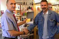 Majitel hranické prodejny Torex Petr Žurek předává výherci soutěže Deníku Tomáši Slimáčkovi mobilní telefon za nejoriginálnější reportáž z cest.