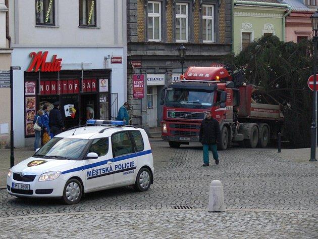 Na hranické náměstí dorazil vánoční strom.