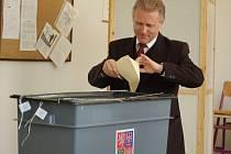 Ve chvíli, kdy Jiří Lajtoch odevzdával svůj hlas, ještě nevěděl, že se stane vítězem druhého kola senátních voleb.