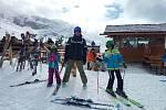 Filip Konečný s dětmi na lyžích