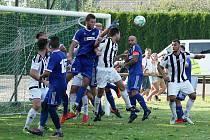 Fotbalisté Tatranu Všechovice (v modrém) doma porazili po penaltách 3:2 FC Želatovice