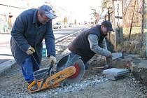 Do konce února by měla stavební firma dokončit kompletní rekonstrukci vozovky a chodníků.