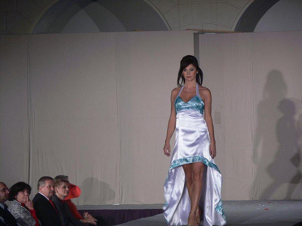 Na přehlídce Móda elegantních dam představily modelky nejen společenské šaty, noční košilky, zimní bundy, sportovní soupravy, ale i ručně háčkované halenky.