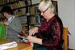 Kurz pletení z papíru v potštátské knihovně