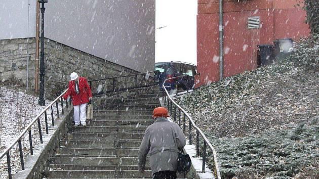 Ve čtvrtek 10. března vystrčila v Hranicích ještě své drápky paní zima
