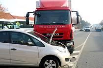 Nákladní automobil vjel do křižovatky na červenou a narazil do vozidla autoškoly.