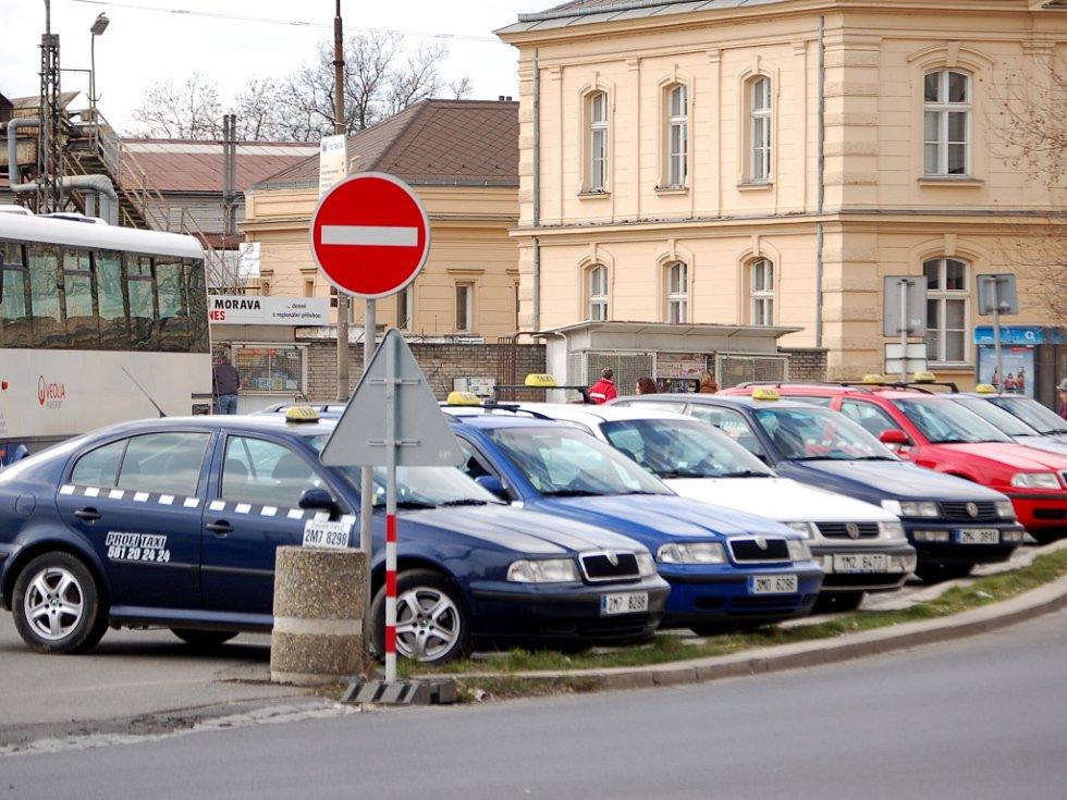Odlivu klientů se teď obávají i přerovští taxikáři, kteří mají jedno ze svých lukrativních stanovišť právě v místech, kde se má začít se stavbou autobusového nádraží.