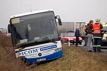 Aby se řidič autobusu vyhnul čelnímu střetu s osobním autem, strhl volant a vozidlo i s cestujícími skončilo v příkopě. Při nehodě byli zraněni tři lidé.
