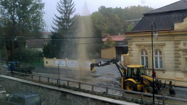 Havárie na vodovodním potrubí v Komenského ulici zablokovala provoz na tři hodiny.