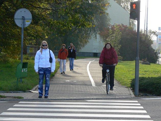 Lidé z Předmostí mají na přecházení přes přechod pro chodce na křižovatce za Velkou Dlážkou v Přerově jen několik sekund. Aby je nezajelo auto, musejí sprintovat.