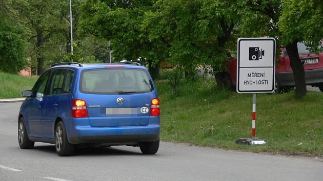 """Městští strážníci do ulic vyrazili s novou dopravní značkou """"měření rychlosti""""."""