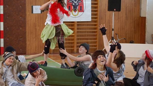 Tělocvična přerovské Základní školy U Tenisu ožila moderními tanci, které předvedli mladí tanečníci z celkem 33 skupin.