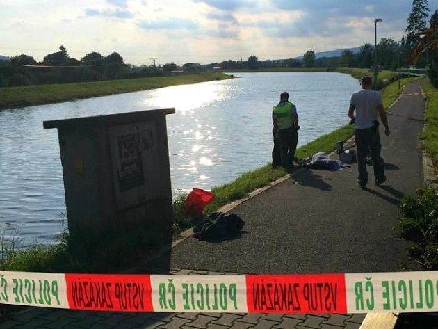 Dva muži se topili v pátek odpoledne v hranicícké Bečvě. Jeden zemřel na místě, druhého odvezli do nemocnice